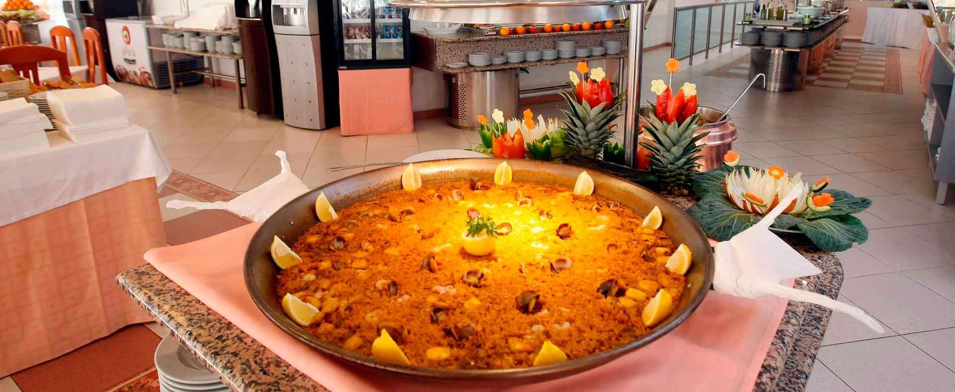 Hotel con restaurante buffet en el mediterraneo